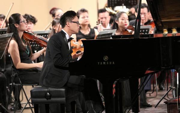 vo-chong-duong-thuy-linh-xem-em-trai-bieu-dien-piano-8
