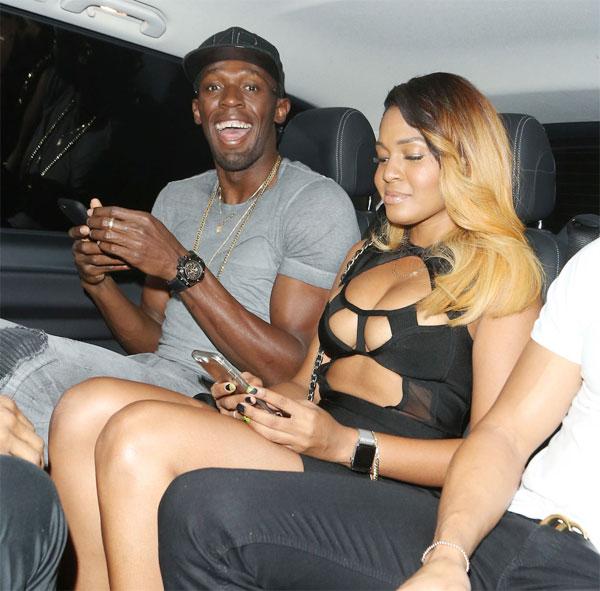 Usain Bolt và một người đẹp mặc sexy ngồi chung taxi hôm 23/8.