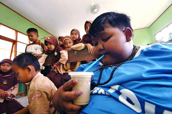 Sau khi biết đến trường hợp của Arya và nỗ lực cứu con của bố mẹ em, các bác sĩ tại bệnh viện Hasan Sadikin ở Bandung, tỉnh Tây Java, đã tìm tới nhà em để hỗ trợ. Sau khi theo dõi tình trạng cậu bé trong một tuần và nhận thấy em không có bất thường gì quá lớn về sức khỏe, họ lập tức đề ra một chế độ ăn kiêng và chương trình vận động, giúp em giảm cân.