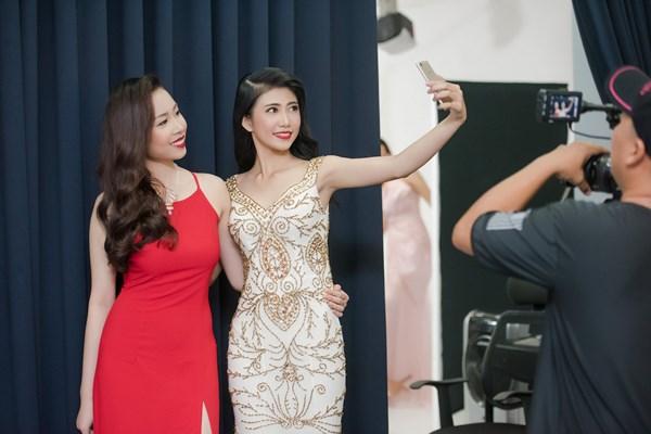 Sau khi trang điểm, các người đẹp trở nên xinh đẹp, rạng rỡ hơn. Hai thí sinh còn tranh thủ pose ảnh trước khi quay hình