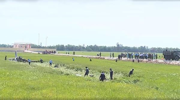 Lãnh đạo Trường Sĩ quan không quân đóng tại TP Nha Trang (Khánh Hòa), cho biết, hai học viên sáng nay thực hiện bài tập bay đơn chiến đấu, luyện tập biên đội công kích.