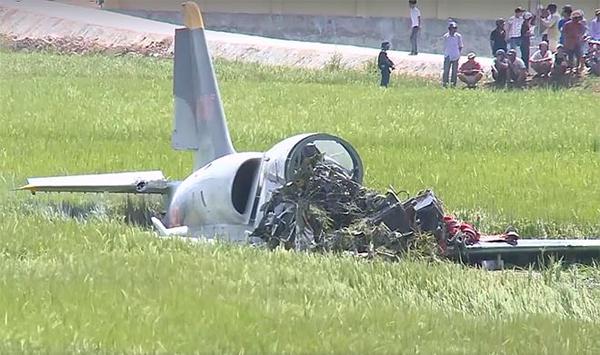 Mới cất cánh khỏi đường băng ít phút thì máy bay do học viên lái phía sau bất ngờ gặp sự cố, rơi xuống.