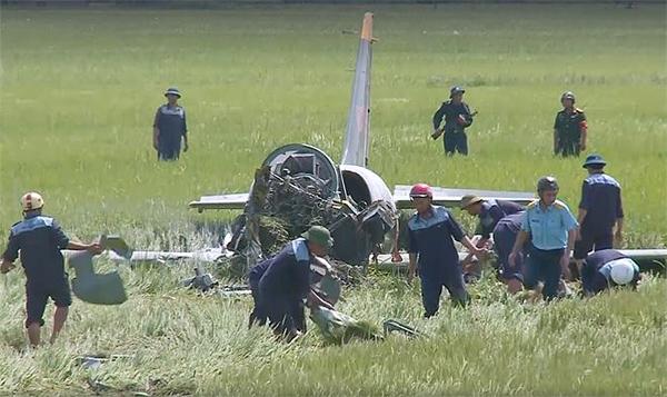 Lực lượng chức năng đang làm việc xung quanh máy bay, tìm kiếm mảnh vỡ.