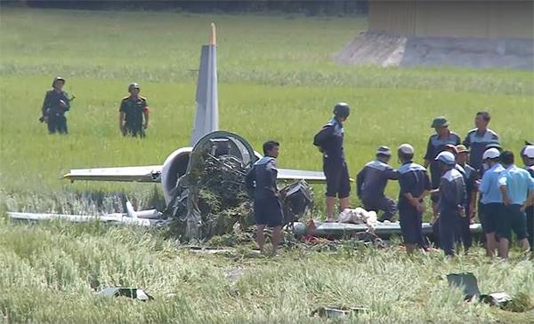 Một người dân cho biết, máy bay bay khá thấp, bất ngờ chao đảo rồi lao xuống vướng dây điện trước khi rơi xuống cà sát mặt Quốc lộ 1A, lao xuống ruộng. Tai nạn còn khiến một người đi đường trọng thương.
