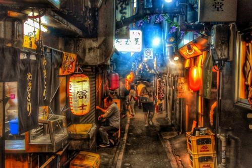 Omoide Yokocho được mở ra ngay sau khi kết thúc thế chiến thứ hai vào cuối năm 1940, đầu những năm 1950. Trong những năm 1990 đã có một đám cháy xảy ra và khu vực này gần như bị phá hủy toàn bộ.