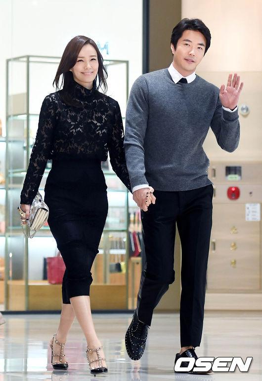 Hai vợ chồng Kwon Sang Woo và Son Tae Young tay trong tay dự buổi ra mắt sản phẩm mới của một thương hiệu túi xách