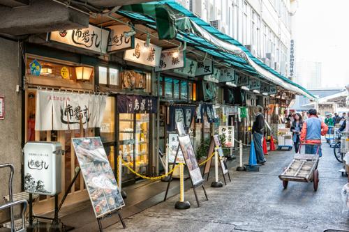 Chợ cá Tsukiji có 2 khu vực, bên trong chợ và bên ngoài chợ. Bên trong chợ là khu vực các cửa hàng kinh doanh ăn uống hay đến để mua nguyên liệu, bên ngoài chợ là nơi dành cho khách tham quan.  Chợ cá Tsukiji có nhiều cửa hàng ăn uống nổi tiếng với những món ăn ngon, bắt mắt khiến khách du lịch không thể chối từ. Nhiều cửa hàng ở Tsukiji chỉ mở cửa buổi sáng, không kinh doanh vào buổi chiều do đó bạn nên đến sớm để được thưởng thức các món ăn ngon ở đây.  Chợ cá Tsukiji có nhiều cửa hàng ăn uống nổi tiếng với những món ăn ngon, bắt mắt. Ảnh: martinbaileyphotography.com Chợ cá Tsukiji có nhiều cửa hàng ăn uống nổi tiếng với những món ăn ngon, bắt mắt. Ảnh: martinbaileyphotography.com  Nhắc đến Tsukiji là người ta nghĩ ngay đến những món ăn được nhiều người yêu thích như Sushi, Kaisendon, được làm từ hải sản tươi sống vừa mới bắt lên. Tuy nhiên, vẫn còn nhiều món ăn ngon khác dành cho người không ăn được cá sống. Trong quán Teishoku, có nhiều món ăn đã được nấu chín như cá nướng, cá kho& hoặc quán Ramen, Gyudon, các quán chuyên về thịt gà.  Du khách phải xếp hàng để có thể thưởng thức các món ăn hấp dẫn tại đây. Ảnh: jacqsowhat.com Du khách phải xếp hàng để có thể thưởng thức các món ăn hấp dẫn tại đây. Ảnh: jacqsowhat.com  Một điểm thú vị nữa là bạn có thể vừa đi bộ vừa thưởng thức nhiều loại đồ ăn phong phú từ tôm nướng muối, hào sống, Katsu Sando, Onigiri, xiên que nướng& Cũng có nhiều quán chuyên bán trứng chiên nên những người không ăn được các loại cá có thể yên tâm.