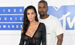 Kim mặc xuyên thấu cùng chồng tới thảm đỏ MTV Video Music Awards