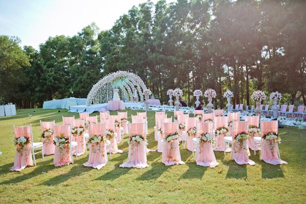 [Caption]Việc tổ chức đám cưới ở ngoài trời đã không còn xa lạ với uyên ương Việt Nam. Để tạo được không khí ấm cúng, riêng tư mà không kém phần đẹp ấn tượng, cô dâu chú rể cần quan tâm tới cả chương trình hôn lễ cũng như trang trí.