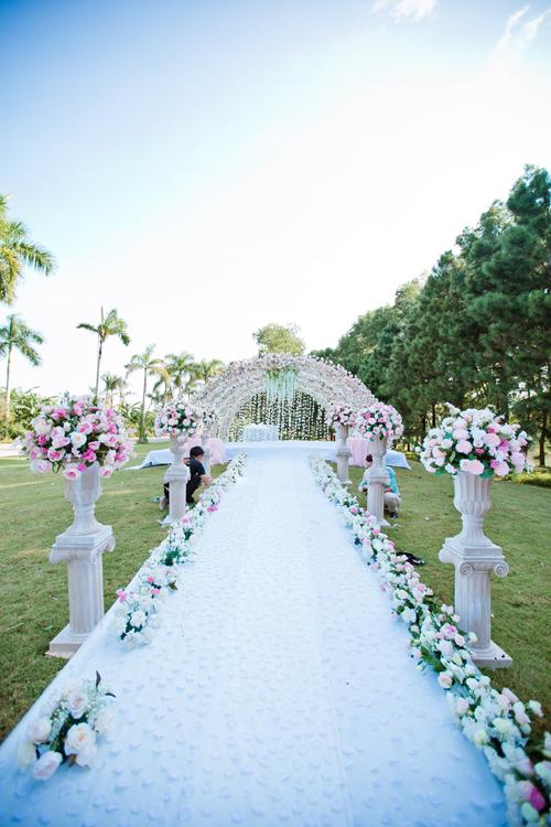 [Caption]3. Trang trí lối đi dẫn tới nơi cử hành hôn lễ với cánh hoa, lụa, cây nhỏ là ý tưởng đáng yêu để thực hiện ở đám cưới ngoài trời.