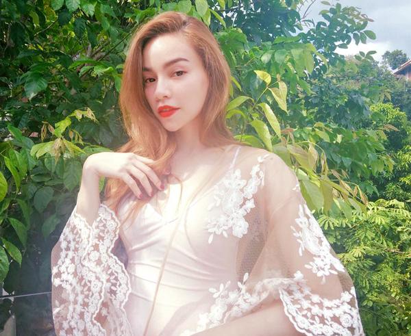 Hồ Ngọc Hà diện đầm trắng dịu dàng Trong mắt em chị đẹp như thiên thần và giỏi như thiên tài , thiên định em gặp chị và trở thành mối quan hệ thiên liêng !