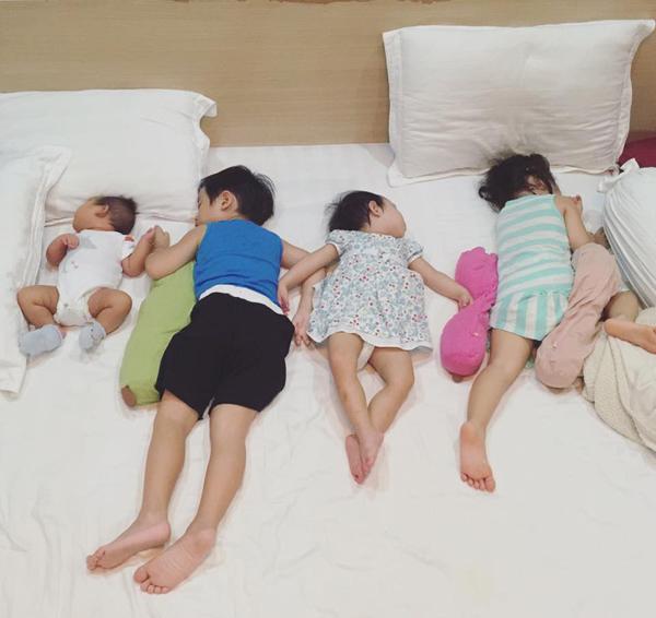 Bốn nhóc tì nhà Lý Hải Minh Hà dàn hàng ngủ ngoan ngoãn.