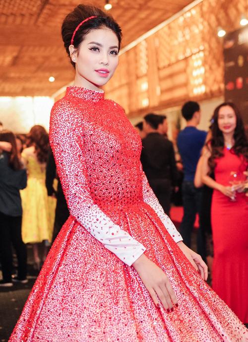 Phạm Hương tỏa sáng với style trang điểm mắt mèo quen thuộc. Cô chọn màu son hồng