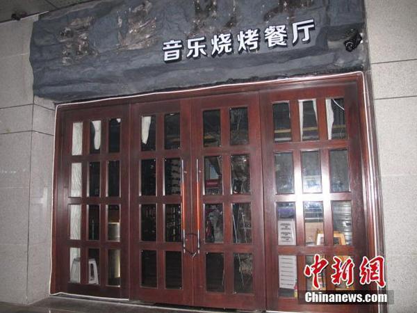 Trong khi đó, ông Hong Ri, chủ nhà hàng, thì chia sẻ: Tôi tin rằng việc kết hợp giữa thức ăn, đồ uống ngon với người đẹp là một cách thức tuyệt vời để thu hút khách. Các cô gái cũng rất sẵn lòng thử nghiệm hình thức kinh doanh này.