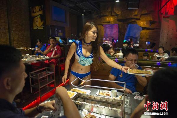 Theo các quan chức thành phố, nguyên nhân là do nhà hàng này đã vi phạm một số quy chế liên quan đến vấn đề giấy phép kinh doanh và thiếu chứng nhận vệ sinh, an toàn thực phẩm. Ngoài ra, sự lựa chọn về trang phục của các cô gái được cho là một cách quảng cáo thô tục, có tác động đến các giá trị xã hội cốt lõi.
