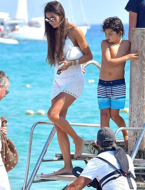 Kết hôn năm 2008, vợ chồng cựu chủ tịch đội xe đua Renault đón con trai đầu lòng hai năm sau đó.