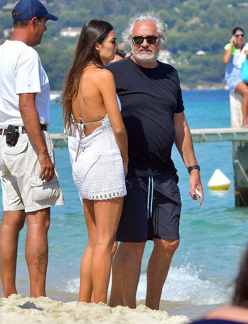 Ông trùm bụng phệ và cô vợ trẻ kém 30 tuổi sánh bước bên nhau tại Saint Tropez.