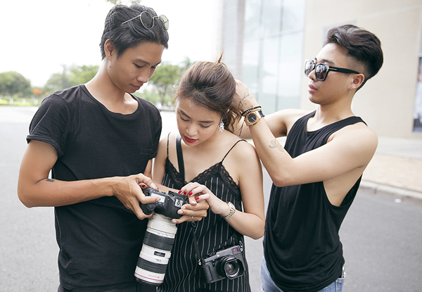 hoang-thuy-linh-cam-giay-cao-got-choang-stylist-tren-pho-7
