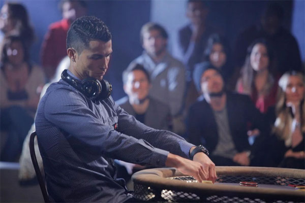 c-ronaldo-sanh-dieu-choi-poker-ben-nguoi-dep-4