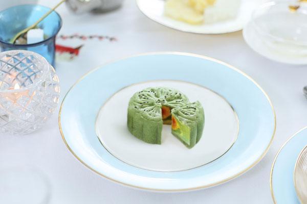 Bánh trung thu trà xanh hạt chia của Khanhcasa Tea House là sự kết hợp giữa vị trà xanh, hạt sen, hạt chia, trứng muối, vừa lạ miệng, vừa tốt cho sức khỏe.Hạt chia là thực phẩm chứa nhiều khoáng chất và dinh dưỡng hiếm có.