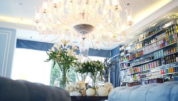 Trong không gian tân cổ điển, nhìn xuống giao lộ Lê Lợi - Pasteur, Khanhcasa Tea House được thiết kế như một không gian lounge nhiều góc ngồi riêng tư với nhiều kiểu ghế thư giãn khác nhau. Không gian được mở rộng tối đa để có thể nhìn trọn giao lộ đẹp nhất trung tâm Sài Gòn.