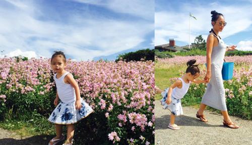 Đoan Trang đưa con gái về thăm quê nội ở Thụy Điển. Hai mẹ con thích thú dạo bước ở cánh đồng hoa hồng ở đoan trang Viken, Thụy Điển.