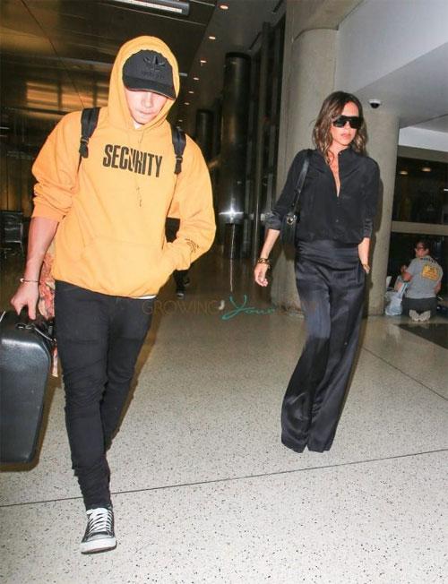 Hot boy nhà Becks lặng lẽ ra sân bay cùng bố mẹ, kết thúc kỳ nghỉ hè trên đất Mỹ.