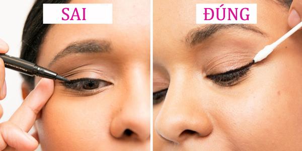 1. Không dùng tay kéo da mắt khi kẻ viền