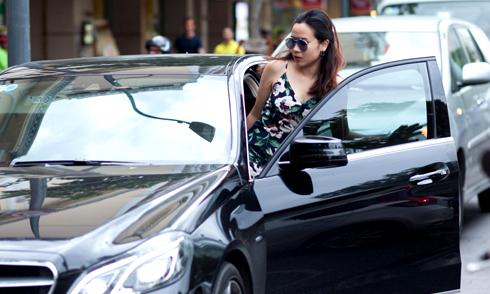 Lưu Hương Giang tự lái xế hộp đi mua sắm
