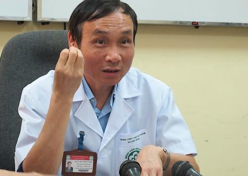 Giáo sư Mai Trọng Khoa, Giám đốc Trung tâm Y học hạt nhân và Ung bướu, Phó Giám đốc Bệnh viện Bạch Mai, chia sẻ về căn bệnh của người đồng nghiệp Đỗ Quốc Hùng. Ảnh: Nam Phương.