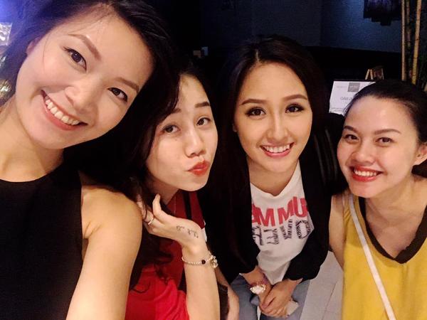 Hoa hậu Thùy Dung vui mừng gặp lại bạn cũ là Hoa hậu Mai Phương Thúy, người đẹp Đậu Thị Hồng Phúc và một người bạn gái, cô viết: Gặp lại bạn hiền.