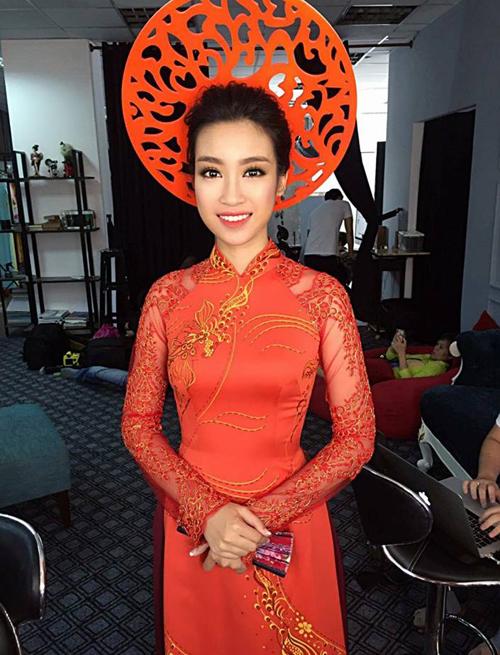 Hoa hậu Mỹ Linh xinh đẹp trong bộ áo dài đỏ nổi bật, cô được phù phép bởi bàn tay chuyên gia trang điểm Minh Lộc.