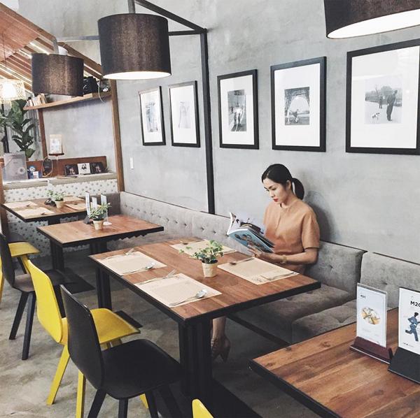 Hà Tăng chia sẻ bức ảnh ngồi trong quán cà phê yêu thích ở Sài Gòn.