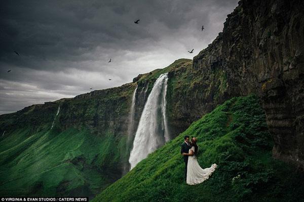 [Caption]Thác nước Selijalandsfoss ấn tượng ở Iceland tạo bối cảnh tuyệt đẹp cho cặp uyên ương.