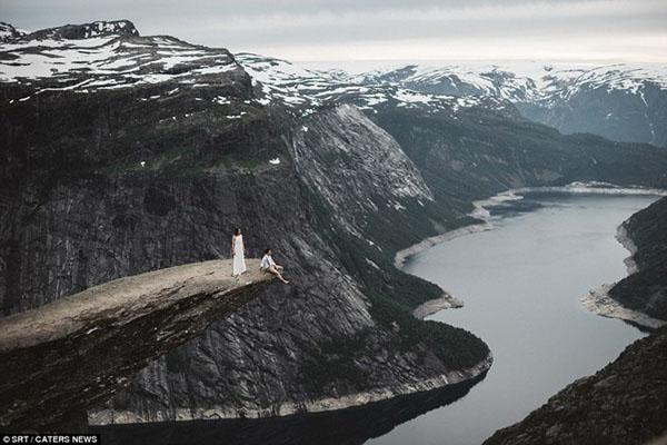 [Caption]Khung hình tráng lệ như trong sử thi này được chụp tại mũi Lưỡi Quỷ Trolltunga ở Na Uy.