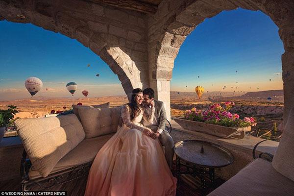 Cặp đôi ghi lại khoảnh khắc hạnh phúc giữa không gian bay bổng của rừng khinh khí cầu ở Cappadocia ở Thổ Nhĩ Kỳ