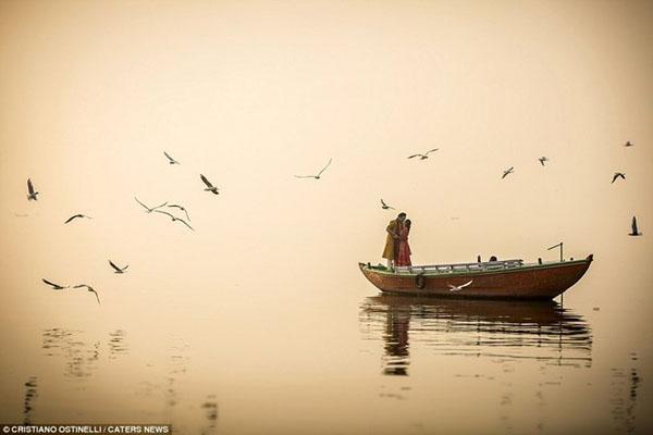 Ranh giới giữa bầu trời và mặt nước dường như biến mất trong bức ảnh được thực hiện tại thành phố Varanasi, Ấn Độ