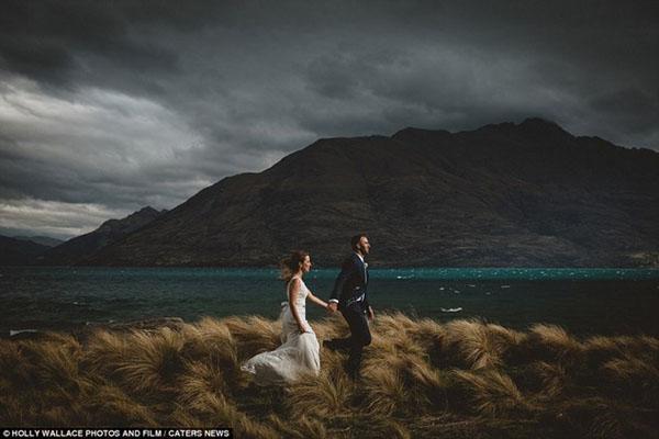 Cặp đôi nắm tay nhau bước đi mặc trời mưa giông ởQueenstown, New Zealand