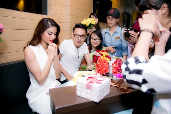 Phạm Hương thổi nến, cắt bánh sinh nhật và ước nguyện bên các khán giả trung thành.