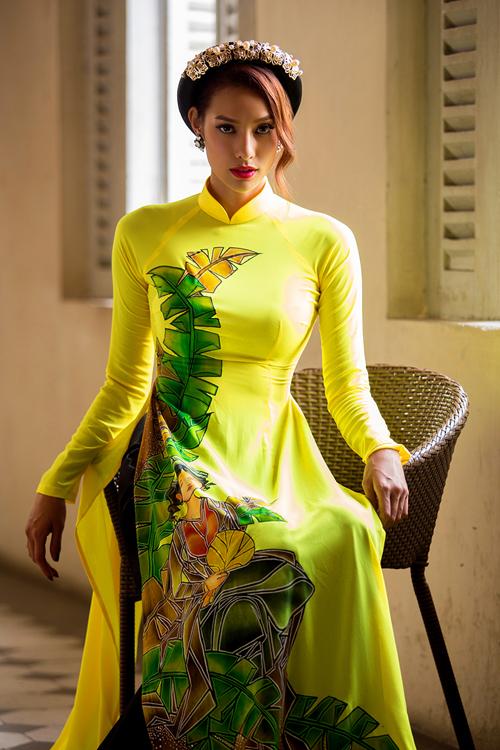 [Caption]Trong hình là thiết kế gam vàng bắt mắt, họa tiết hoa được in nổi bật chạy dài từ thân áo xuống tà áo.