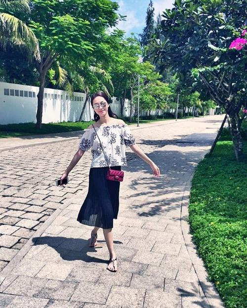Hoa hậu Thu Thảo tung tăng dạo bước trên đường vắng: Đến giờ của em.