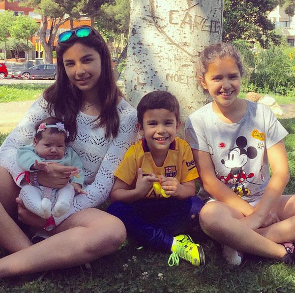 Bốn em bé của thủ môn Bravo