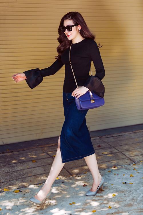 Tú Anh hóa tiểu thư thanh lịch xuống phố khi Chân váy jean + áo tay chuông tạo nên set đồ gợi cảm, xen lẫn một chút phá cách.