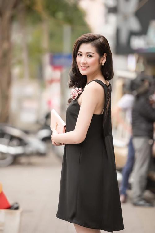 Không bó buộc bản thân trong một phong cách nhất định, người đẹp 9X thoải mái trải nghiệm nhiều kiểu mốt khác nhau. Cũng giống bao mỹ nhân Việt, Tú Anh vẫn chuộng mốt quần lửng, ống rộng.