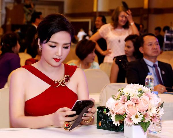 giang-my-ruc-ro-voi-vay-ho-vai-tai-bangkok-4