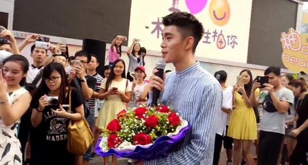 Màn cầu hôn lãng mạn diễn ra vào khoảng hôm 4/9 tại một trung tâm mua sắm ở thành phố Quảng Châu, tỉnh Quảng Đông. Lúc khoảng 6h chiều, chàng trai trẻ thu hút sự chú ý của người qua lại khi bắt đầu hát và tiến về phía một cô gái trẻ  diện váy trắng.