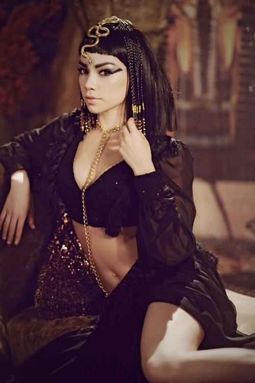 ... lúc lại hóa nữ hoàng Cleopatra quyền lực.