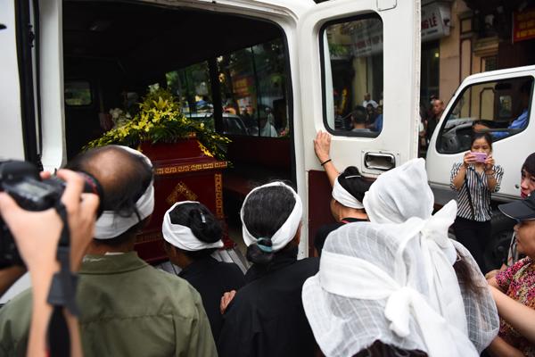 Lễ hỏa táng diễn ra vào 17h30 cùng ngày tại Đài hóa thân Hoàn vũ. Ngày 12/9, gia đình sẽ đưa tro cốt của Hán Văn Tình về quê hương Tam Nông, Phú Thọ.