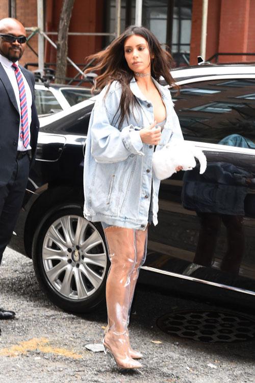 kim-kardashian-phanh-ao-phoi-ca-nguc-tren-pho-7