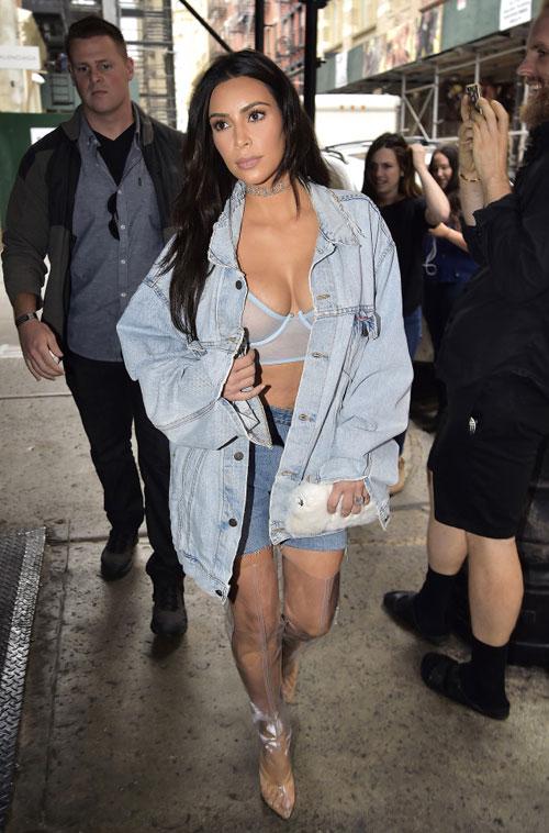 kim-kardashian-phanh-ao-phoi-ca-nguc-tren-pho